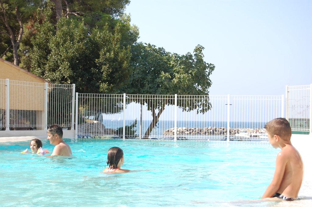 Un camping paradis avec piscine dans le sud de la France pour des vacances en famille